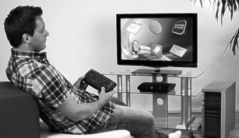 Hama Uzzano пред телевизора, компютъра и PS3